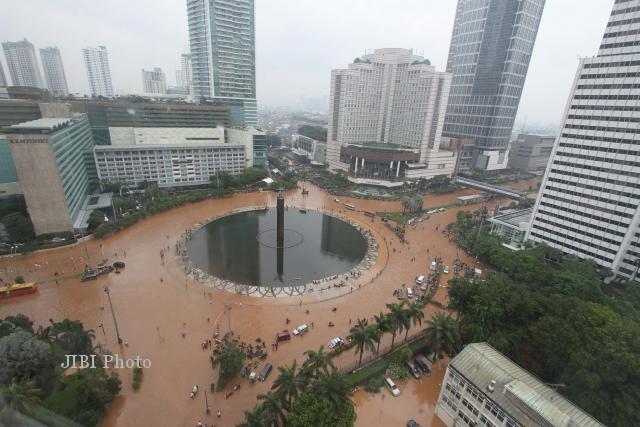 Gambar banjir jakarta dari solopos. data diperperoleh dari berbagai
