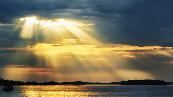 Cahaya Matahari Menembus Awan